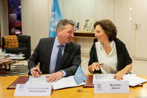 Minister for Foreign Affairs of Iceland Guðlaugur Þór Þórðarson and Director General of UNESCO Audrey Azoulay at the signing. (Photo: UNESCO/Christelle ALIX)