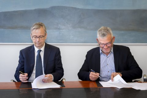 Rector Jón Atli Benediktsson and Chairman Jón Karl Ólafsson sign the agreement for GRÓ GEST.